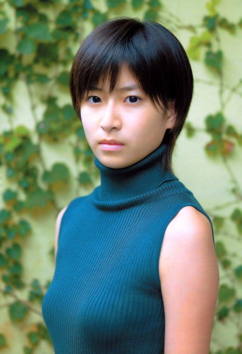 ニットを着ている南沢奈央