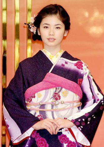 紫の和服を着る小芝風花
