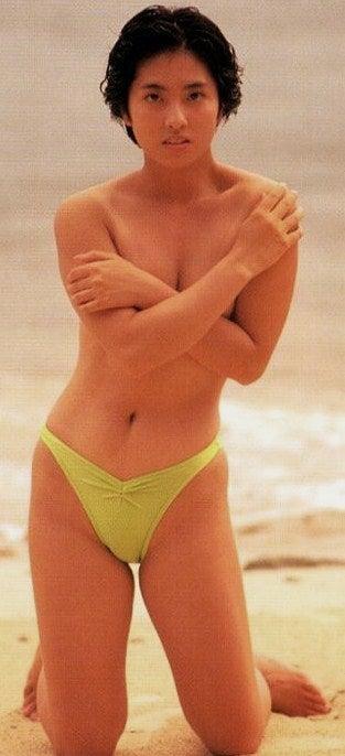 砂浜で手ぶらをしている蓮舫