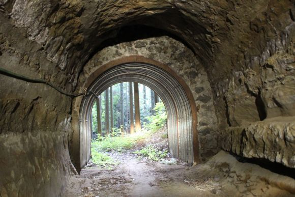 道にあるちょっと古いもの-日天様トンネル