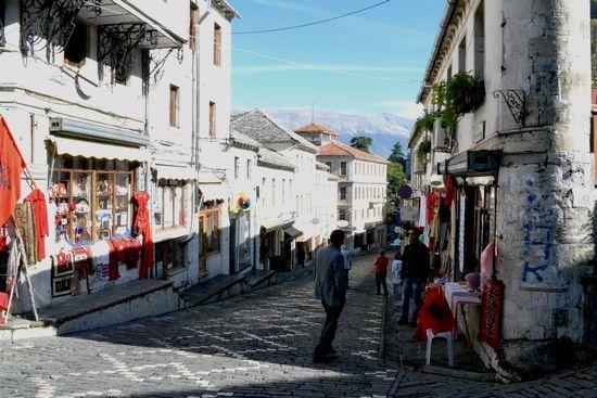 ジロカストラの石畳の街並み : ...