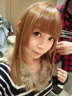 大胆な姫カットと明るい髪色でとてもインパクトがあります。  黒髪やダークブラウンなどの暗い髪色のイメージが強い中川翔子さんですが、明るい髪色もお人形のようで