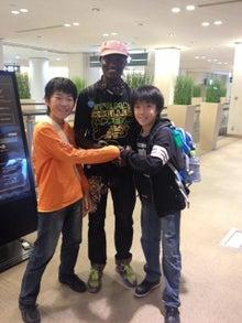 $hyangのひとりごと...-出発前、銀メダリストのワイナイナ選手と握手