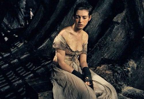 レ・ミゼラブル2012映画の仕事を失ったファンティーヌの画像