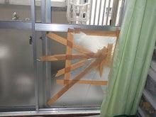 サンタが割ったガラス