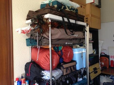 初めてのオートキャンプ!子供と一緒にキャンプに行こう!-キャンプ用品の収納棚1
