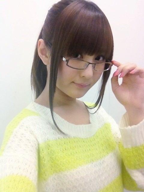 髪の毛を一つにまとめてメガネ姿の椿姫彩菜