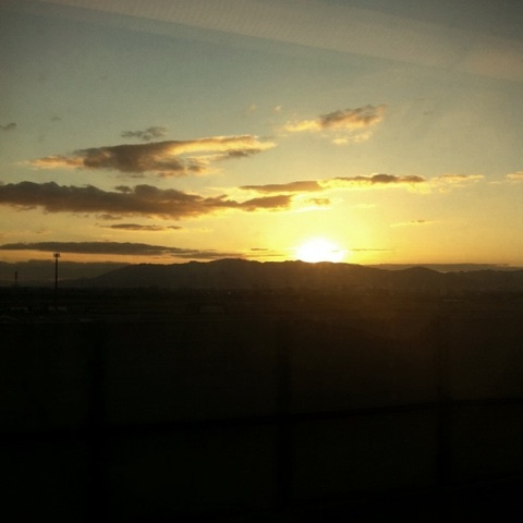 がちゃ★ぶろぐ「アラサーてなんやねん!」-新幹線からの日の出