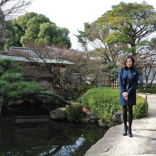銀座由美ママの心意気-太閤園 庭園石橋より茶室大炉を望む由美ママ