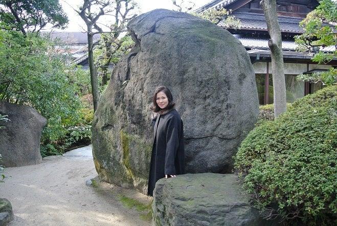 銀座由美ママの心意気-太閤園 庭園奇岩前 由美ママ