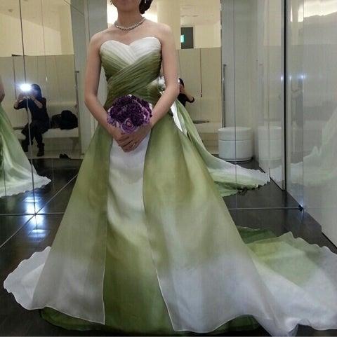 会場が、紫のクロスに白とグリーンをベースにしたお花にするつもりなので、このグリーンも合いそう ドキドキ