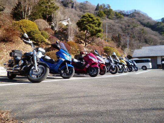 $ビッグスクーターのある生活-袋田の滝お土産屋の駐車場