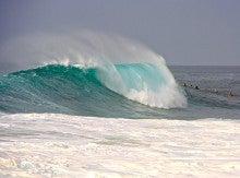 心とカラダが元気になる 「楽園サプリ」 by Moe Hawaii-サンセットビーチの大波