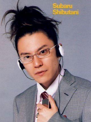スーツにDJ風の渋谷すばる