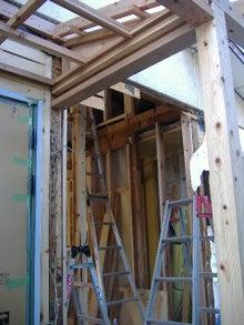 甘棠のブログ-玄関横の壁に大穴?