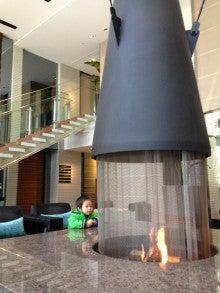 $ボストンテリア ヨナ と 息子 のドタバタ日記-ロビーの暖炉と息子