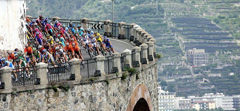 【彼女の恋した南イタリア】 - diario  イタリアリゾート最新情報    -美しい風景の中、人間が走ります。