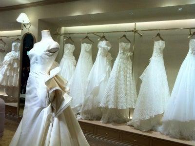 b15c6b21d4a8e ウェディングドレスの試着にいく前に。試着中の花嫁に。先輩花嫁からの役立つ試着情報。