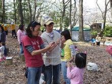 $愛知県みよし市の野外自主保育「みよし もり・そら」のブログ-真剣なるベーゴマ講習