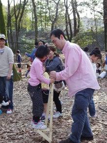 $愛知県みよし市の野外自主保育「みよし もり・そら」のブログ-即席!竹馬ならぬ木馬!