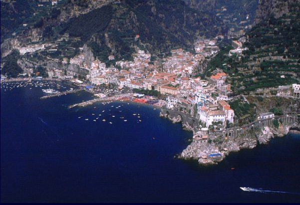 【彼女の恋した南イタリア】 - diario  イタリアリゾート最新情報    -こちらが本当のアマルフィの眺めです