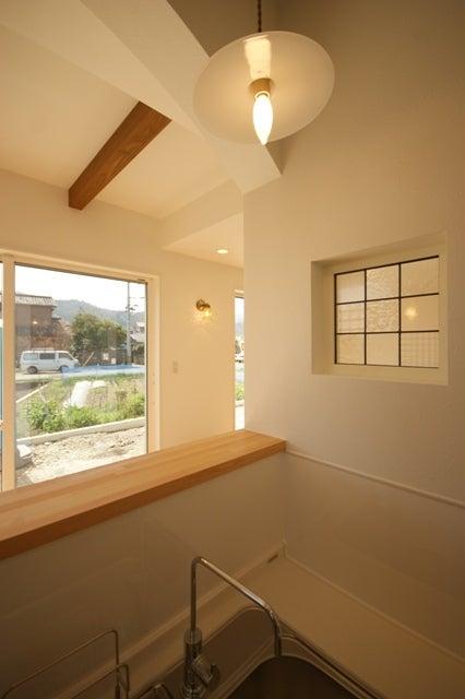 徳島県で家を建てるならサーロジック-キッチンからステンドグラス