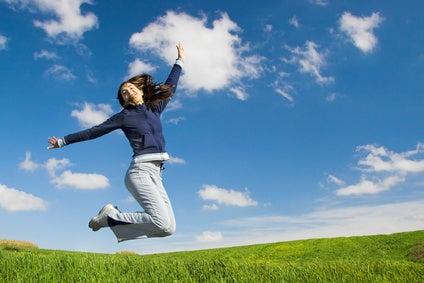 夢を叶えるヒーリング!3秒で心と身体と人間関係を書き換える方法-飛んでいる元気な女性