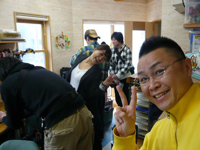 スマイルスタジアムNSTで中田エミリーさんに取材される新潟の魔法の名刺屋