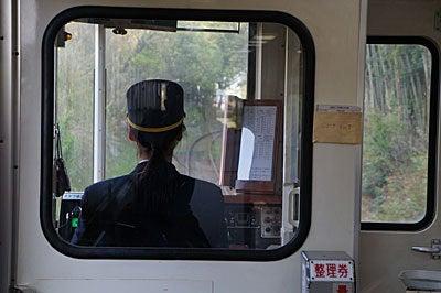 おやまのしゅっぽ 出発進行~♪-女性運転士