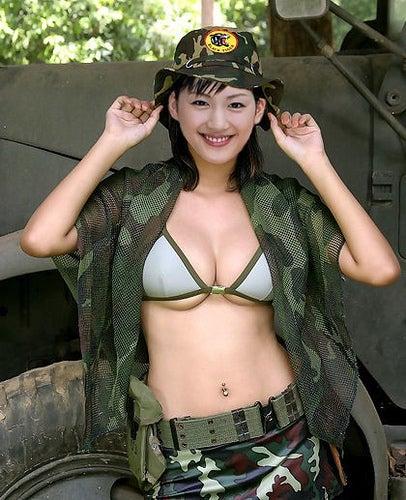 迷彩柄の服がとても似合っている戦えそうな綾瀬はるか