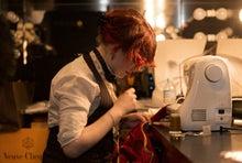 ルチアーノショーで働くスタッフのブログ-楽屋でショーダンサーの衣装を修理するロクサンヌ