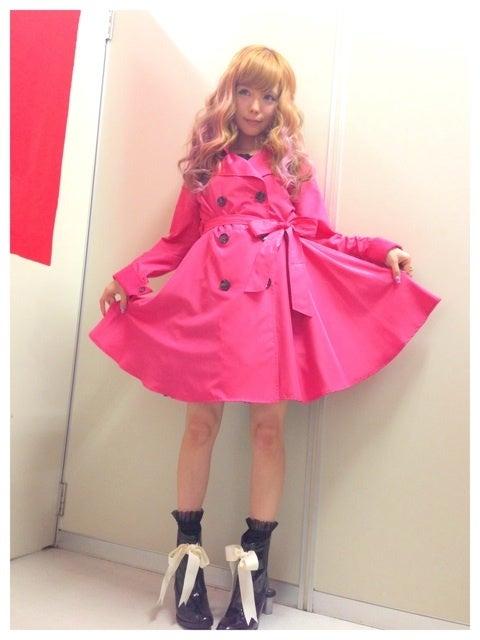 ピンクのコートがとても似合っている益若つばさ