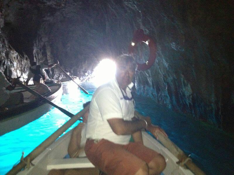 【彼女の恋した南イタリア】 - diario  カプリ島・アマルフィ海岸・ポジターノ イタリアリゾート最新情報    -船長、青の洞窟の中でした!