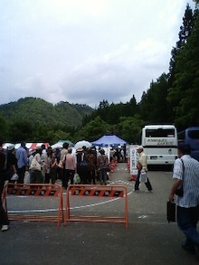 UcB工作の木工活動リポート-130608_会津バス待ち.jpg