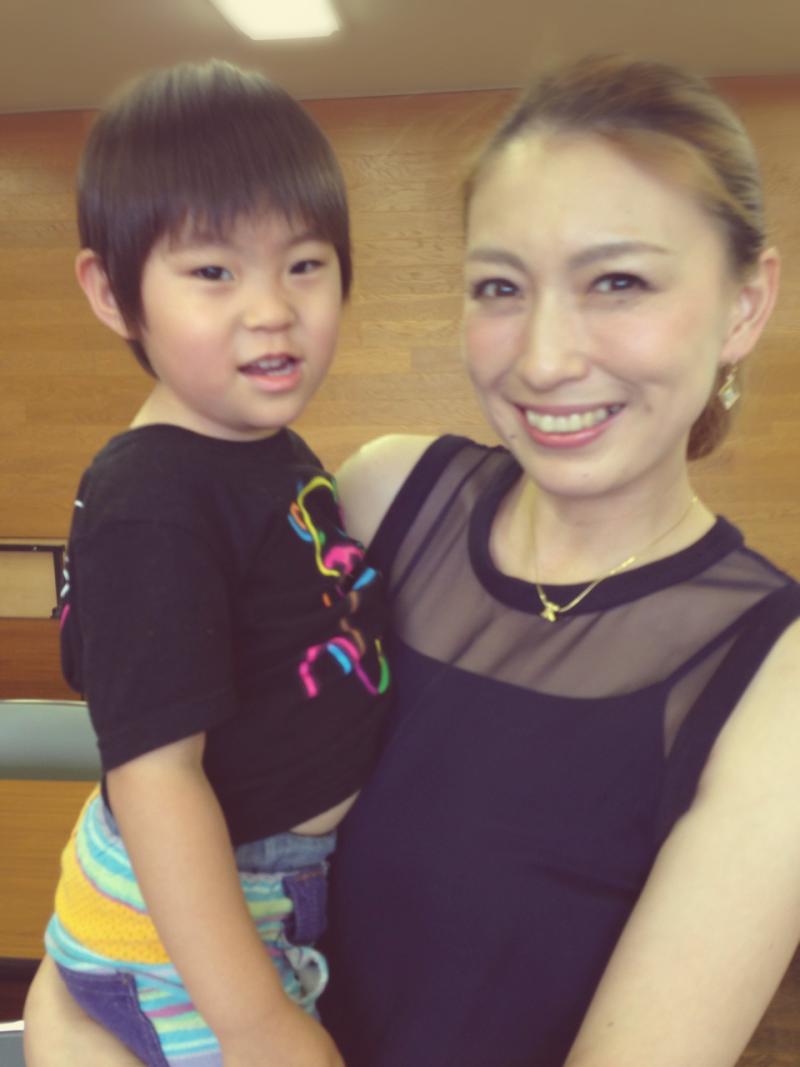 子供さんを笑顔で抱っこする素敵な小椋久美子