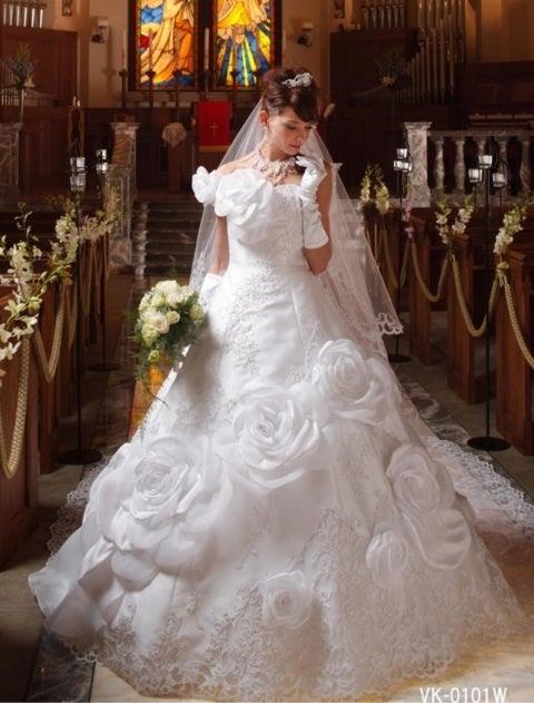 6dc3500702cd6 ブリリアントローズ   ローズモチーフのウエディングドレスが可愛い!薔薇モチーフのドレスで華やかなブライダル - NAVER まとめ
