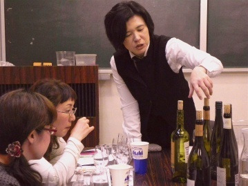 $ワインアドバイザー:佐藤のブログ-白ワイン説明中
