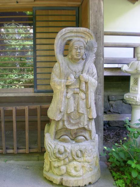 夫婦世界旅行-妻編-向かって右の木像