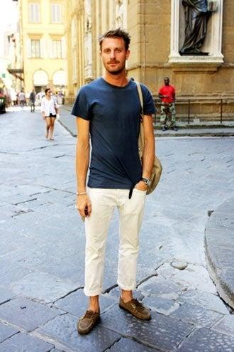 Tシャツ×白パンツ×デッキシューズ