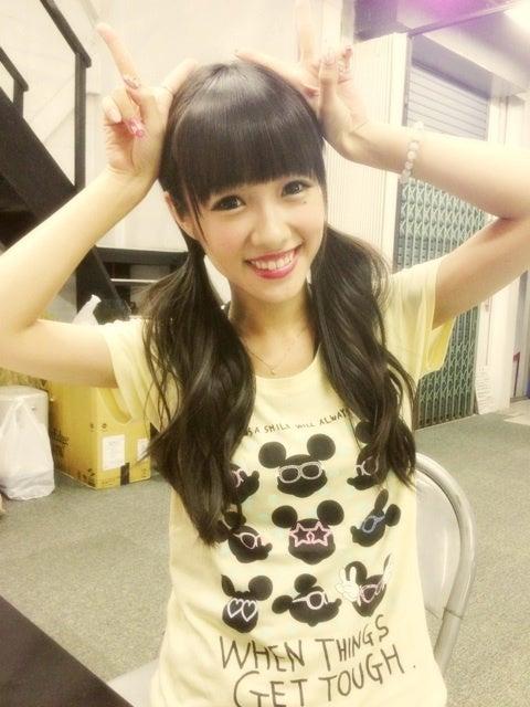 笑顔でピースをしているとっても可愛い舟山久美子の画像