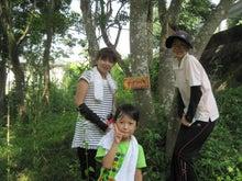 樹こりマスターのブログ-木の前でピース