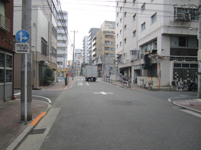 信号手前、路地を右折
