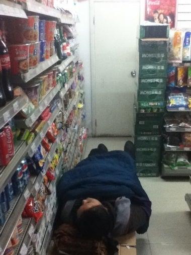 中国遼寧省大連市で「みちひらき」生活-ローソン隣のコンビニ店内で爆睡する店員