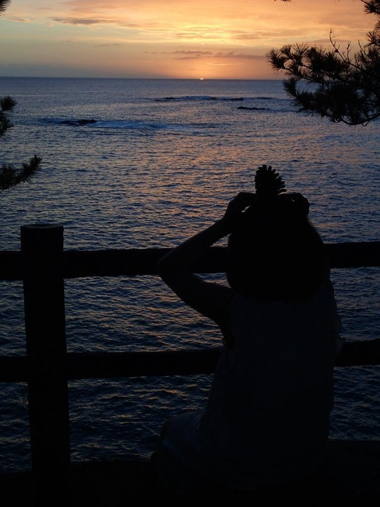 歩き人ふみの徒歩世界旅行 日本・台湾編-夕日とえいこさんとまつぼっくり