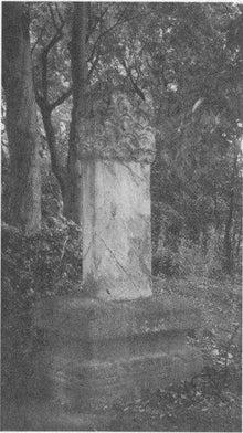 この写真です。すみません。白黒しか手に入りませんでした。この墓石、前面も後面も文字が削りとられた跡があるが、うっすらと、文字が残っている。