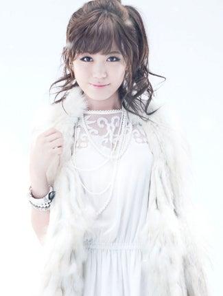 白い服を着用し白いブレスレットを装着している鷲尾伶菜