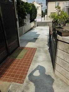 熱いぜ、社長 ! ! 【リフォーム・太陽光発電など】-玄関前