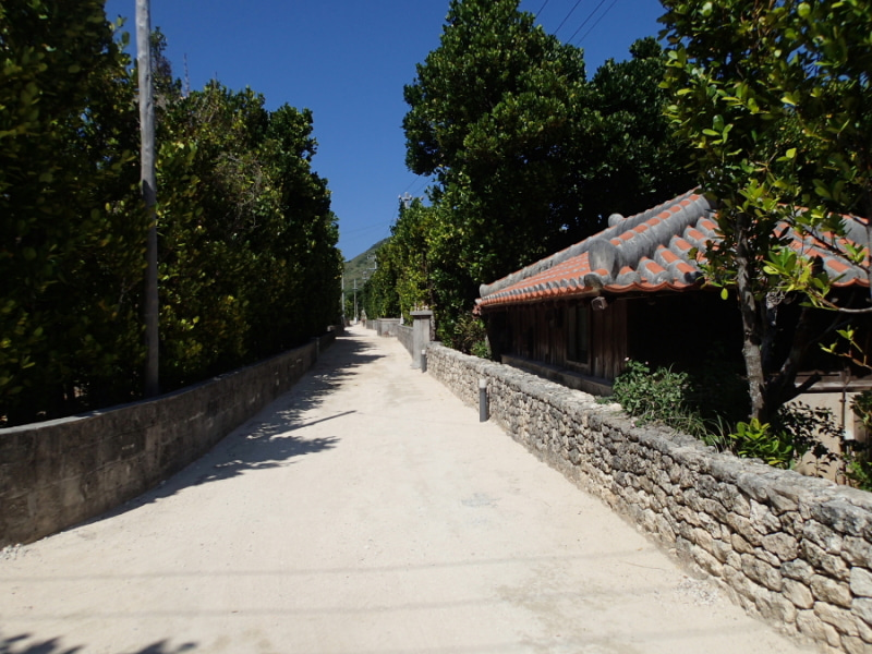 歩き人ふみの徒歩世界旅行 日本・台湾編-サンゴの塀と赤い瓦屋根
