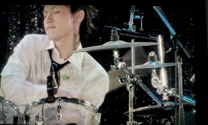 ドラムを叩く大倉忠義
