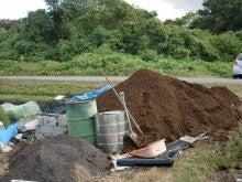 耕作放棄地を剣先スコップで畑に開拓!有機肥料を使い農薬無しで野菜を栽培する週2日の農作業記録 byウッチー-131021新しい牛糞堆肥到着